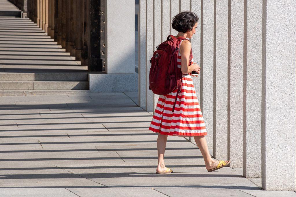 Sukienki damskie xxl w pionowe i poziome paski